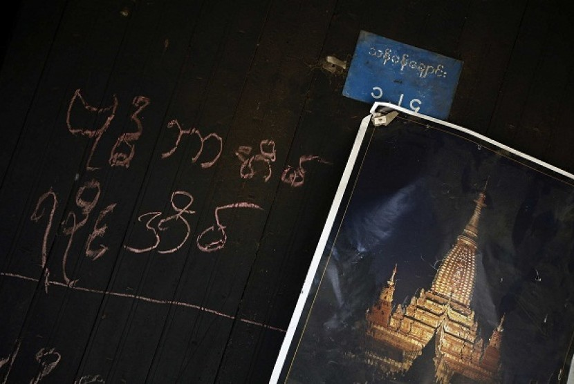 A Buddhist home is marked by its owners with a 'Rakhine Buddhist Home' sign and a poster of a pagoda at Anautpine ward in Kyaukphyu November 4, 2012. Picture taken November 4, 2012.