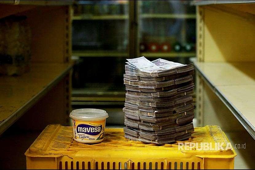 Margarin kemasan 500 gr seharga tiga juta bolivars atau setara dengan 0,46 dolar AS (Rp 6.662) di sebuah minimarket di Caracas, Venezuela.