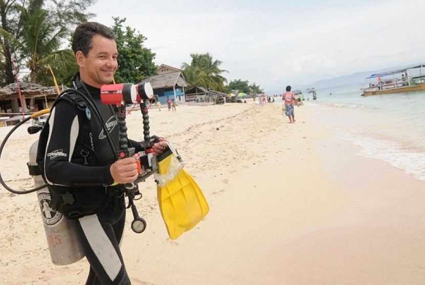 A foreign tourist is preparing for diving in Donggala, Central Sulawesi. (file photo)