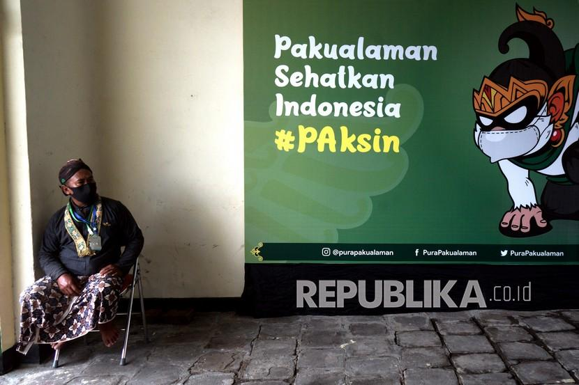Abdi dalem berjaga saat vaksinasi COVID-19 massal bertajuk Pakualaman Sehatkan Indonesia (Paksin) di Kadipaten Puro Pakulaman, Yogyakarta, Selasa (3/8/2021). Vaksinasi yang digagas oleh Kadipaten Pakualaman dengan target 1.500 peserta itu untuk mendukung program percepatan vaksinasi COVID-19.