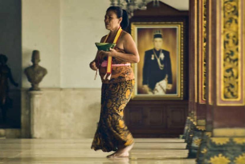 Abdi dalem membawa sesaji di Sasana Sewaka, Keraton Surakarta Hadiningrat, Solo, Jateng, Kamis (17/5).