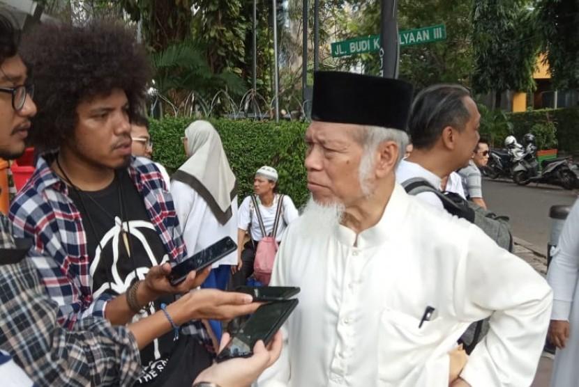 Abdullah Hehamahua saat berunjuk rasa di depan Gedung MK (17/6)