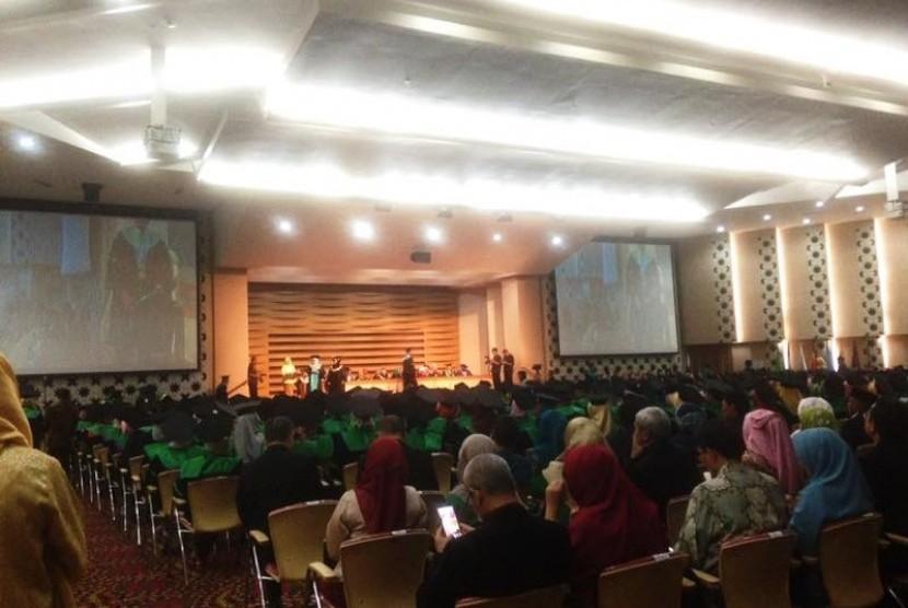 Acara kegiatan wisuda program sarjana dan pascasarjana Universitas YARSI di Auditorium Ar-Rahman Universitas YARSI, Jakarta Pusat, Sabtu (15/4).