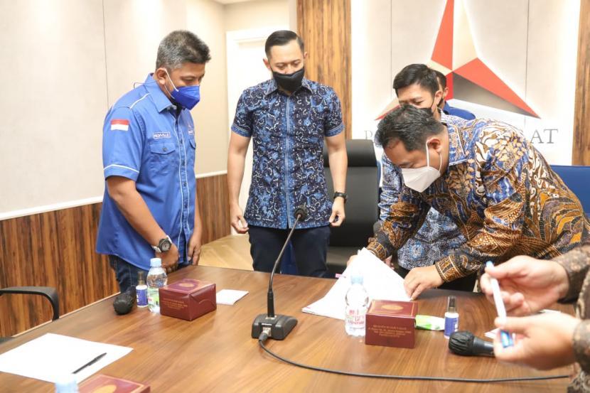 Acara serah terima dan penandatangan berita acara penyerahan bantuan keuangan partai politik tahun anggaran 2021 dari Kemendagri ke DPP Partai Demokrat, Senin (21/6).