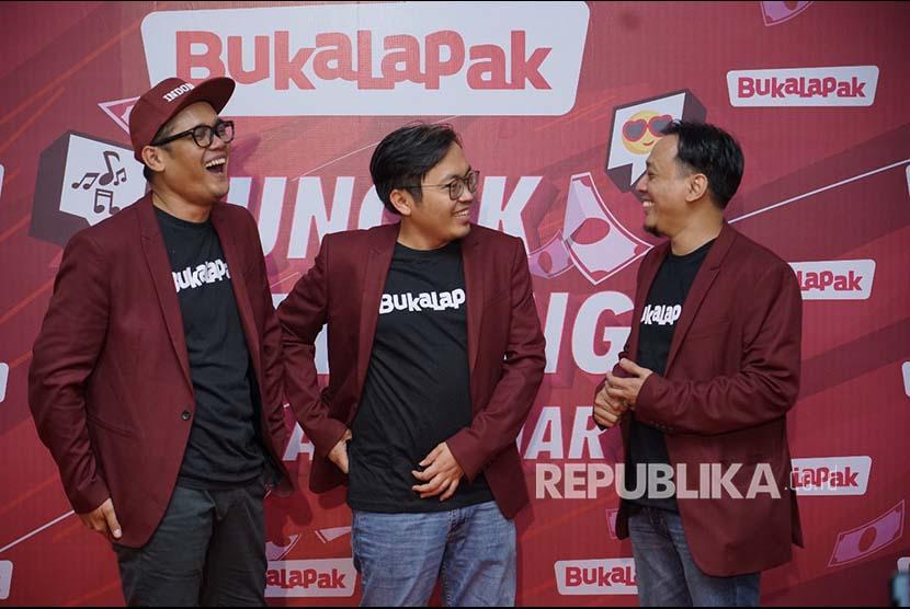 Achmad Zaky, Founder dan CEO Bukalapak (Tengah) berfoto bersama dengan  Bayu Syerli (VP of Marketing Bukalapak) dan Ari K. Wibowo (Associate Vice President of Brand Bukalapak) dalam acara konferensi pers Badai Uang Ratusan Miliar.