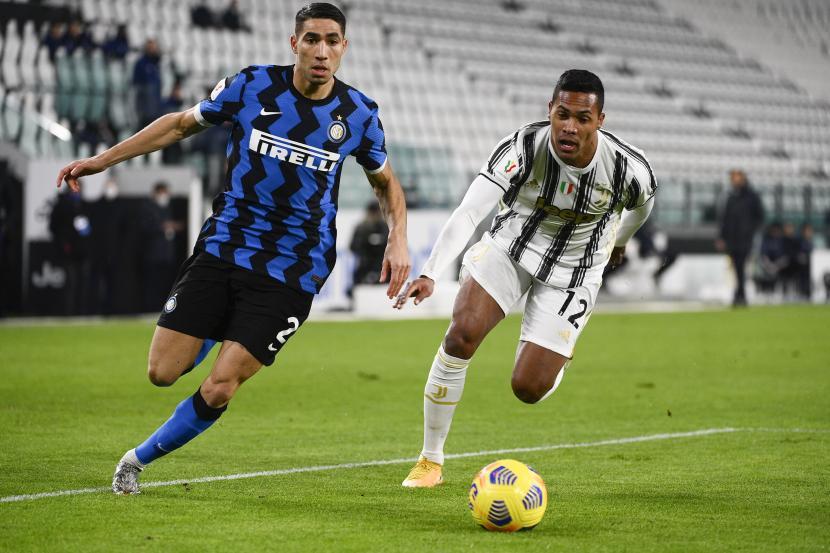Achraf Hakimi (kiri) saat  berduel bola dengan Alex Sandro dari Juventus dalam pertandingan Coppa Italia.