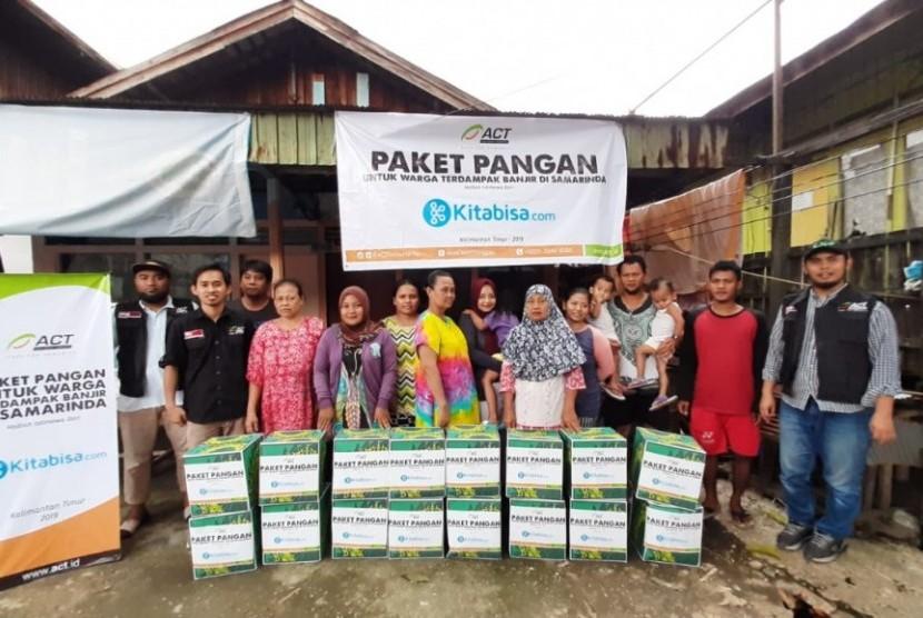 ACT bekerja sama dengan Kitabisa.com mendistribusikan ratusan paket pangan bagi korban banjir Samarinda. Paket pangan berisi beras, minyak, gula, biskuit, dan sarden.