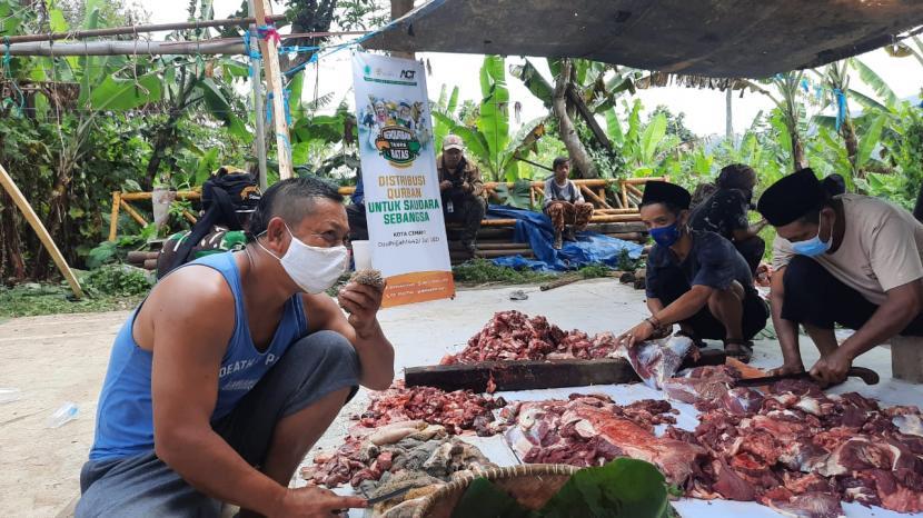 ACT Cimahi mendistribusikan daging kurban ke seribu penerima di sepuluh titik Kota Cimahi, Selasa (20/7).