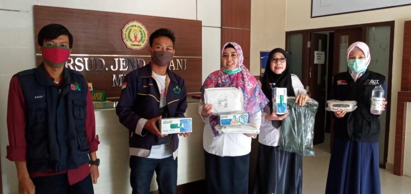 ACT Lampung bersama komunitas masyarakat bantu APD tiga rumah sakit di Lampung, Rabu (1/4).