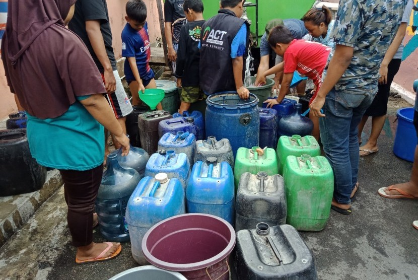 ACT Lampung pasok air bersih ke kampung warga di Panjang, Bandar Lampung, Senin (8/7).