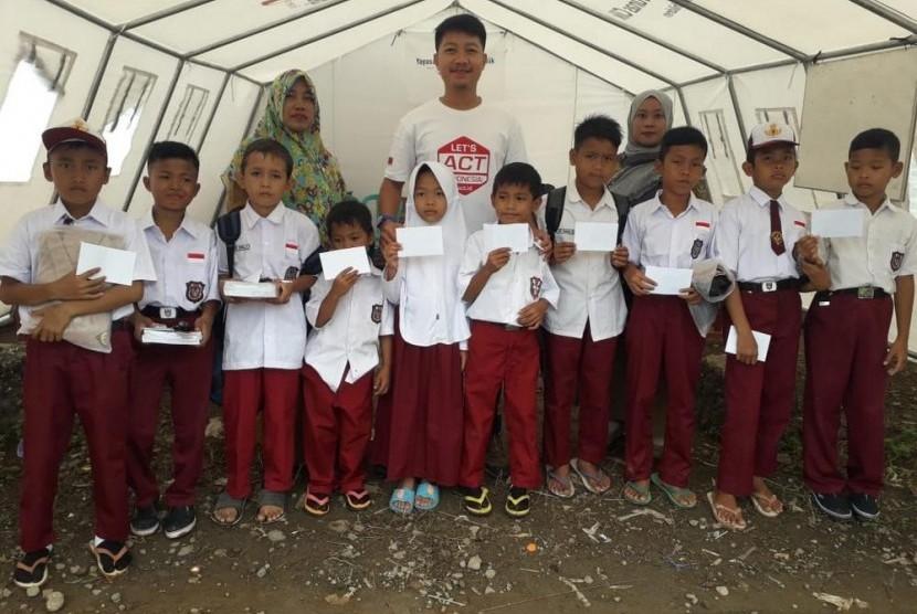 ACT Lampung salurkan bantuan peralatan sekolah dan uang tunai kepada anak pengungsi tsunami Lampung Selatan.