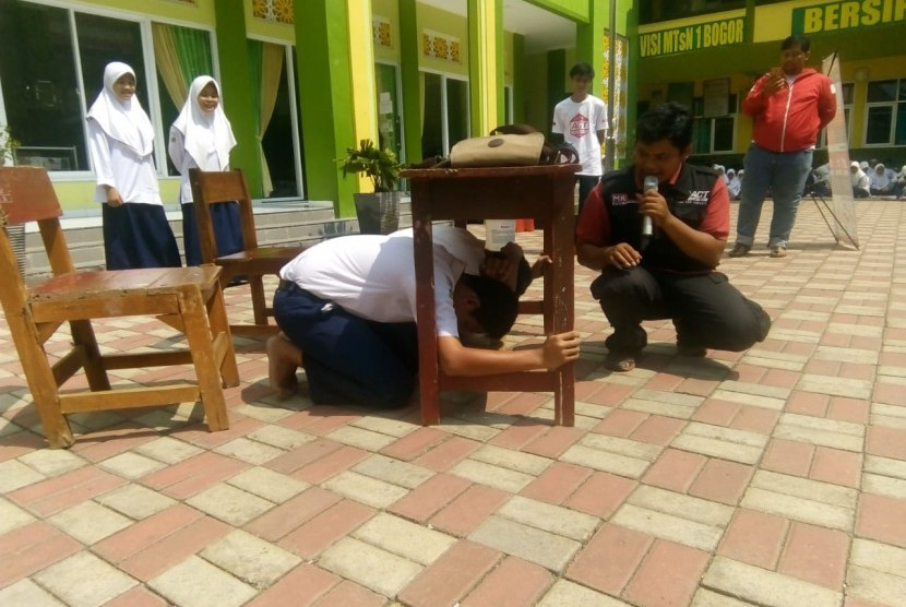 ACT melaksanakan simulasi tanggap bencana kepada siswa  siswi di MTsN 1 Bogor, Selasa (16/10).