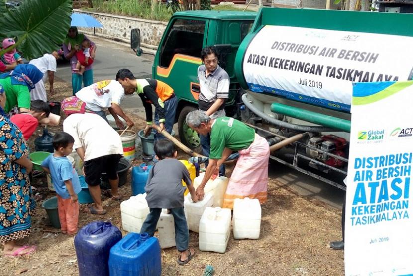 ACT menyalurkan air bersih mengatasi kekeringan di Tasikmalaya.