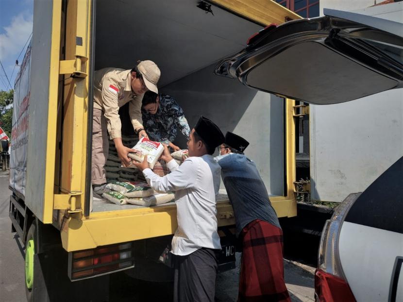 ACT Solo mendistribusikan 4.000 Kg beras gratis untuk Pesantren Habib Sholeh dan Jamaah Habib Syeikh, pada Ahad (1/8).