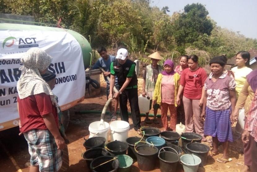 ACT Solo menyalurkan bantuan air bersih bagi warga terdampak kekeringan di tiga desa yakni, Songbledek, Lomujing, dan Sumberejo di Kecamatan Paranggupito, Kabupaten Wonogiri, Jawa Tengah, Selasa (2/7).