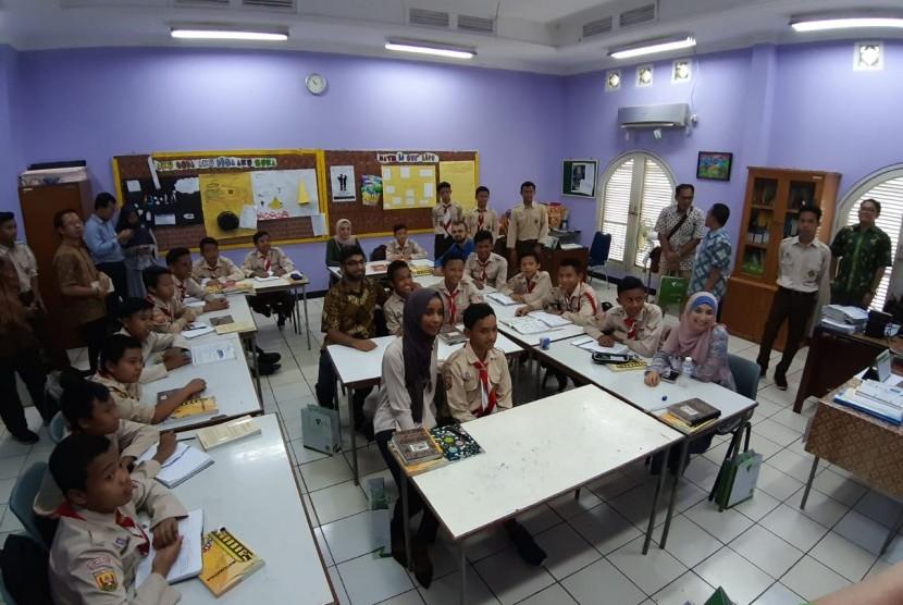 ada Jumat (7/2) kemarin, SMART Ekselensia Indonesia (SMART) kedatangan lima orang tokoh Muslim muda dari Australia. Mereka ingin melihat pengelolaan dana ZISWAF (Zakat, Infak, Sedekah, dan Wakaf) di sekolah yang didirikan oleh Dompet Dhuafa ini.