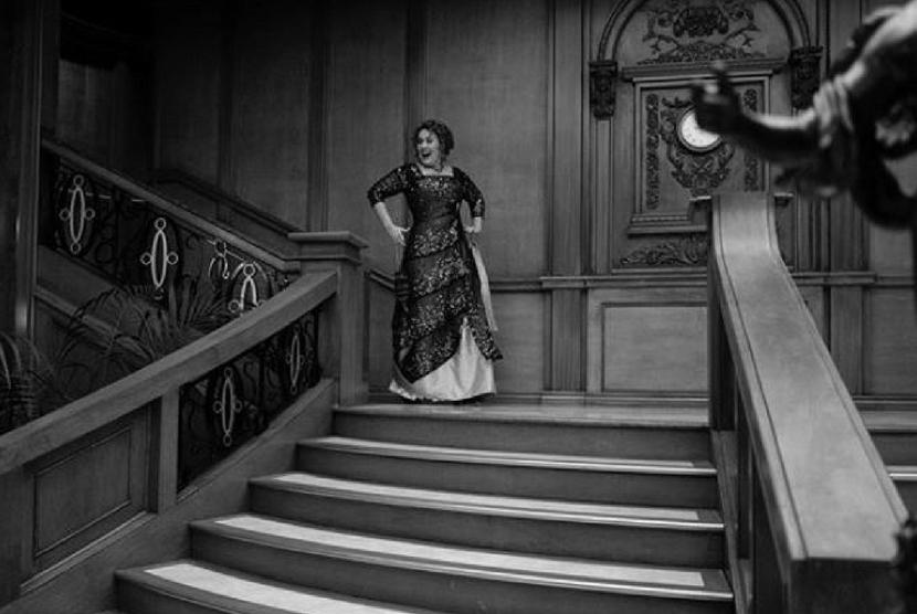Adele berkostum ala Rose Titanic.