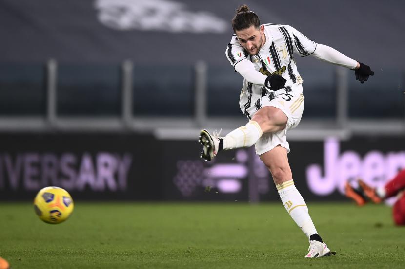 Adrien Rabiot dari Juventus, beraksi melawan Spal, pada pertandingan sepak bola perempat final Piala Italia antara Juventus dan Spal di stadion Allianz di Turin, Italia, Rabu, 27 Januari 2021.