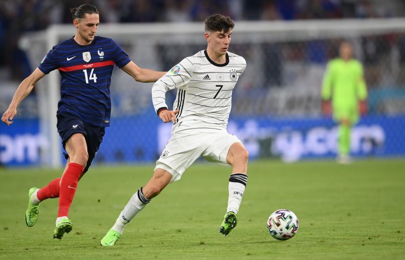 Adrien Rabiot (kiri) dari Prancis beraksi melawan Kai Havertz dari Jerman selama pertandingan sepak bola babak penyisihan grup F UEFA EURO 2020 antara Prancis dan Jerman di Munich, Jerman, 15 Juni 2021.