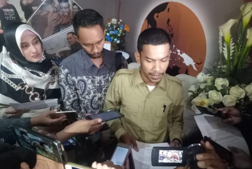 Juru bicara Advokat Cinta Tanah Air (ACTA) Hanfi Fajri (kemeja cokelat)