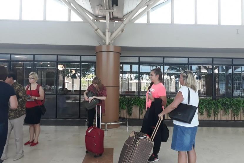 Agen travel dari Estonia usai famtrip Lombok di Bandara Internasional Lombok, NTB, Senin (28/1).