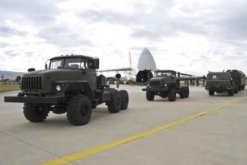 agian pertama sistem pertahanan S-400 sudah tiba di pangkalan udara di dekat ibu kota Ankara, Jumat (12/7) waktu setempat.