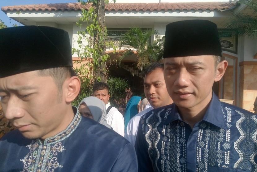 Agus Harimurti Yudhoyono (AHY) dan Ibas Baskoro Yudhoyono saat Salat id di masjid Al-Istiqomah,  Cikeas, Kabupaten Bogor, Jawa Barat pada, Rabu (5/6).