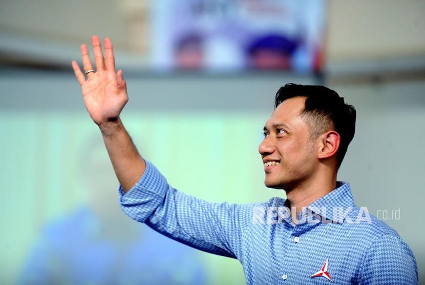 Agus Harimurti Yudhoyono (AHY) menyapa kader Partai Demokrat saat Kampanye Nasional Demokrat Town Hall Meeting se-Madura di Gedung Islamic Centre, Pamekasan, Jawa Timur, Selasa (26/3/2019).