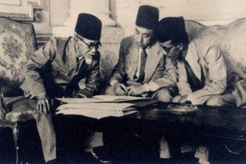 Agus Salim, AR Baswedan, HM Rasyidi. Trio diplomat RI pertama saat berbincang kala melobi pemerintah Mesir  ketika hendak mengakui sebagai negata pertama di dunia yang akui kedaultanan Indoneseia.
