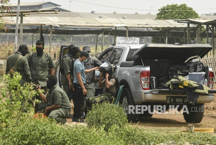 Ahli bahan peledak (penjinak bom) dari Tim Densus 88 Anti Teror Polri bersiap meledakan bom yang ditemukan dari lokasi tempat tinggal terduga teroris di Kelurahan Semper Barat, Cilincing, Jakarta Utara, Senin (23/9/2019).
