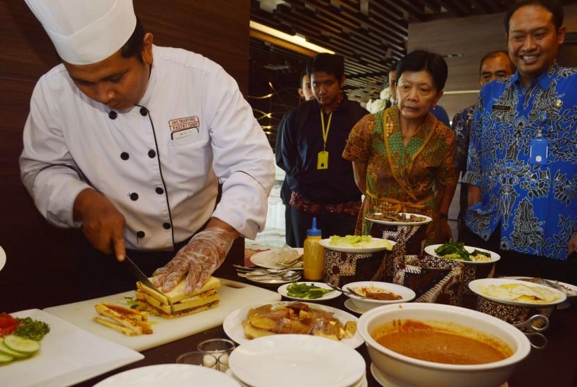 Ahli masak (chef) meracik sandwich pecel di depan para tamu di salah satu hotel ternama di Kota Madiun Jawa Timur, Jumat (18/3).