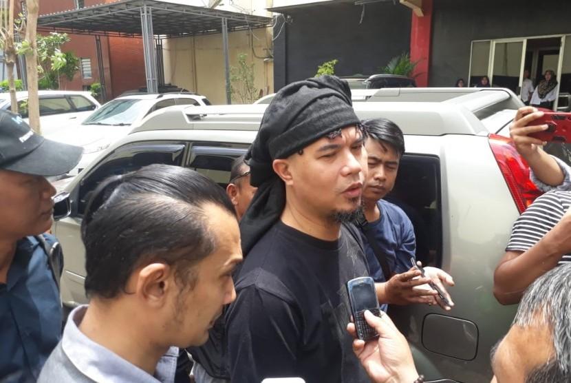 Ahmad Dhani Prasetyo mendatangi Mapolda Jatim, Surabaya, Kamis (17/1). Kedatangannya tersebut terkait pelimpahan tahap dua kasus pencemaran nama baik yang melibatkannya, dari Polda Jatim ke Kejati Jatim.