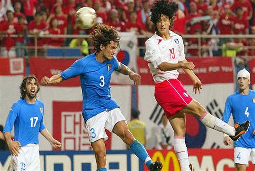 Ahn Jung-hwan (dua kanan)
