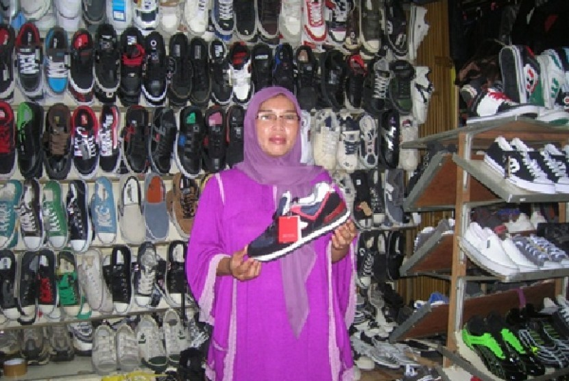 Ai Sahipah, pedagang sepatu di Cianjur
