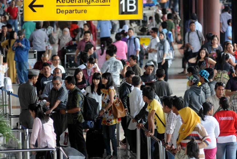 Airline passengers at Soekarno Hatta International Airport, Tangerang, Banten. (illustration)