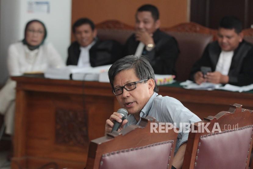 Akademisi Rocky Gerung memberikan kesaksian dalam sidang kasus dugaan penyebaran berita bohong atau hoaks dengan terdakwa Ratna Sarumpaet di PN Jakarta Selatan, Jakarta, Selasa (23/4/2019).
