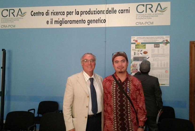 Akhir Pebriansyah, Mahasiswa doktoral Czech University of Life Sciences Prague Kamýcká (kanan) bersama Professor Antonio Borghese (kiri), seorang ilmuwan ahli ternak di Italia.