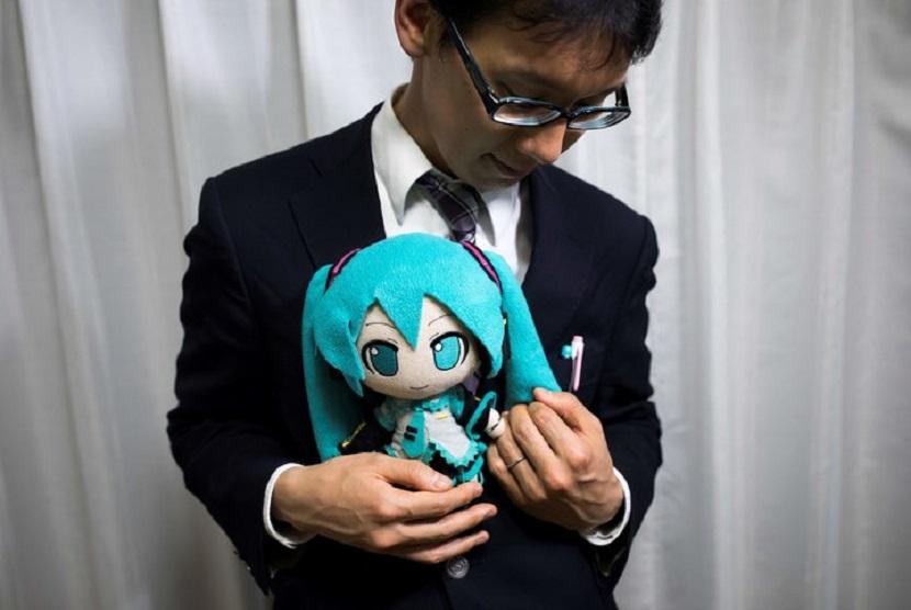 Akihiko Kondo menikahi penyanyi hologram Hatsune Miku