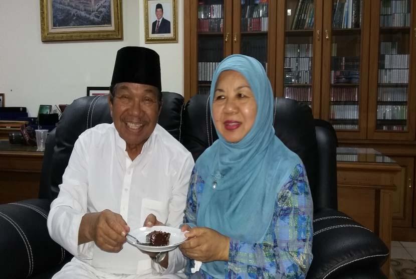 Aksa Mahmud bersama istri tercinta, Ramlah Aksa
