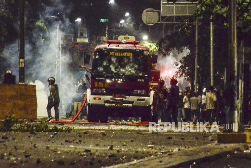 Aksi 22 Mei. Sejumlah massa melakukan pembajakan sebuah mobil pemadam kebakaran di jalan Kemanggisan Utama, Slipi Jaya, Jakarta, Rabu (23/5).