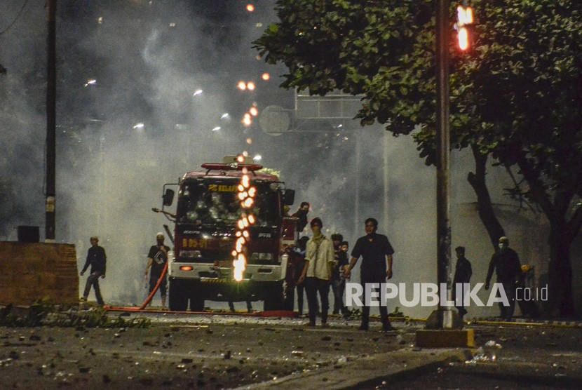 Aksi 22 Mei. Sejumlah massa melakukan pembajakan sebuah mobil pemadam kebakaran di jalan Kemanggisan Utama, Slipi Jaya, Jakarta, Kamis (23/5).