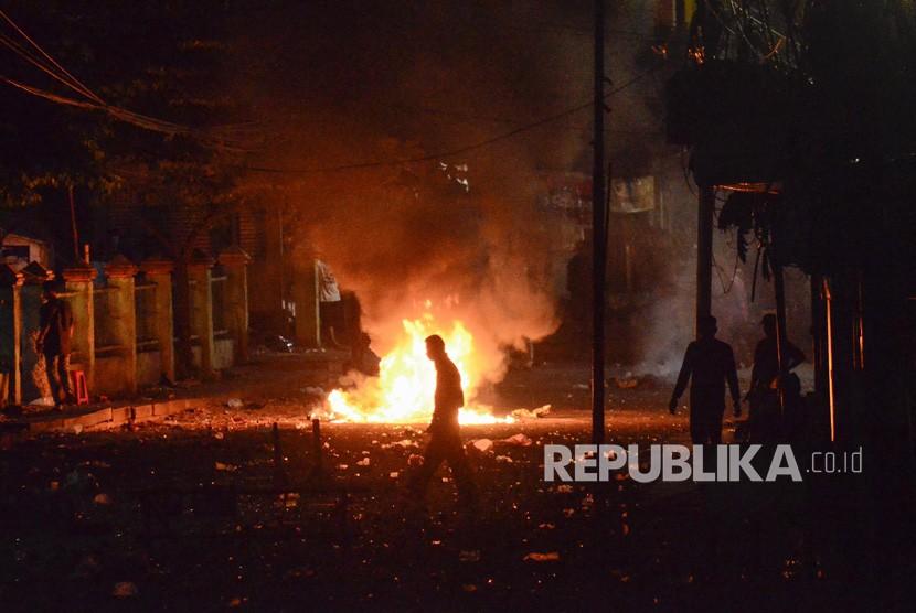 Aksi 22 Mei. Sejumlah massa membakar ban di tengah jalan Kemanggisan Utama, Slipi Jaya, Jakarta, Kamis (23/5).