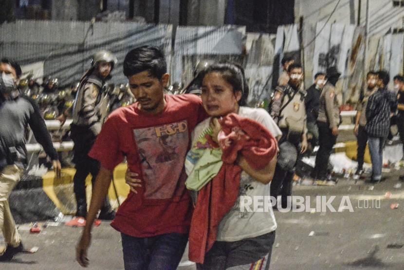 Aksi 22 Mei. Sejumlah warga menyelamatkan diri saat terjadi aksi jalan Kemanggisan Utama, Slipi Jaya, Jakarta, Kamis (23/5).