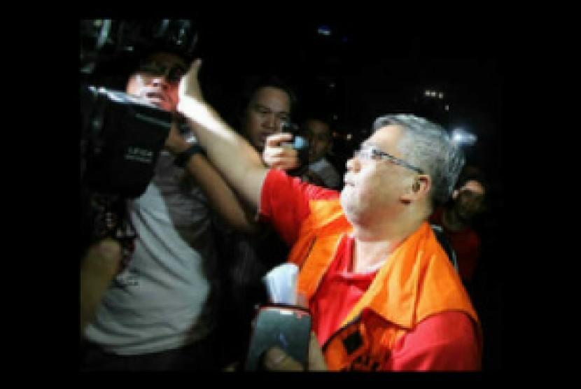 Aksi Akil Mochtar menampar wartawan salah satu media cetak nasional usai diwawancara di depan kantor KPK, Jakarta, Kamis (3/10) malam