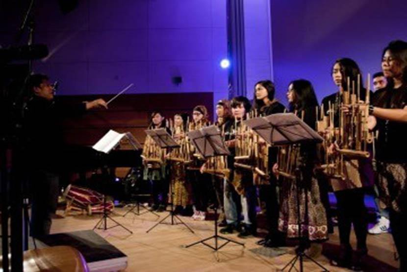 Aksi Angklung Hamburg Orchestra