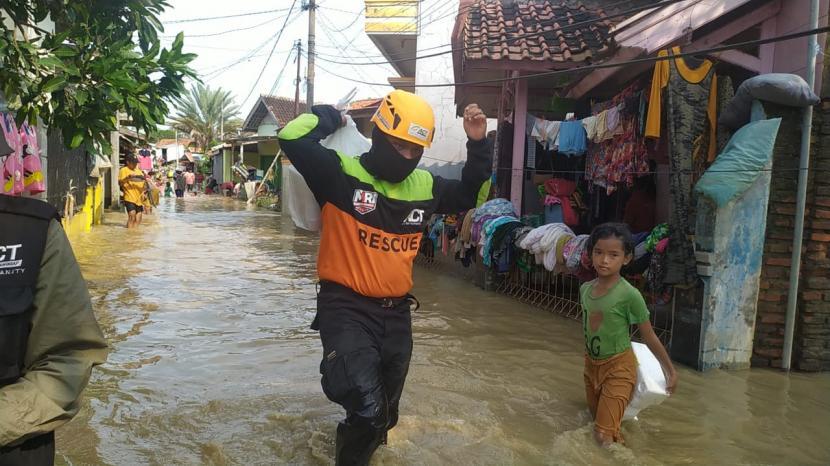 Aksi Cepat Tanggap (ACT) Cimahi menyalurkan bantuan untuk warga terdampak banjir di Kabupaten Subang, Rabu (10/2).