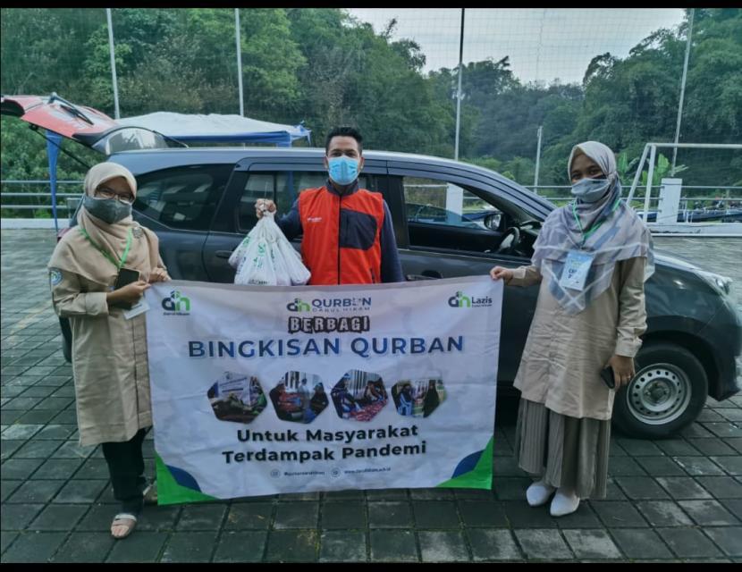 Aksi Cepat Tanggap (ACT) wilayah Bandung dan Daarut Tauhiid Peduli (DT Peduli) dalam rangka membantu masyarakat merayakan Hari Raya Iduladha 1442 H.