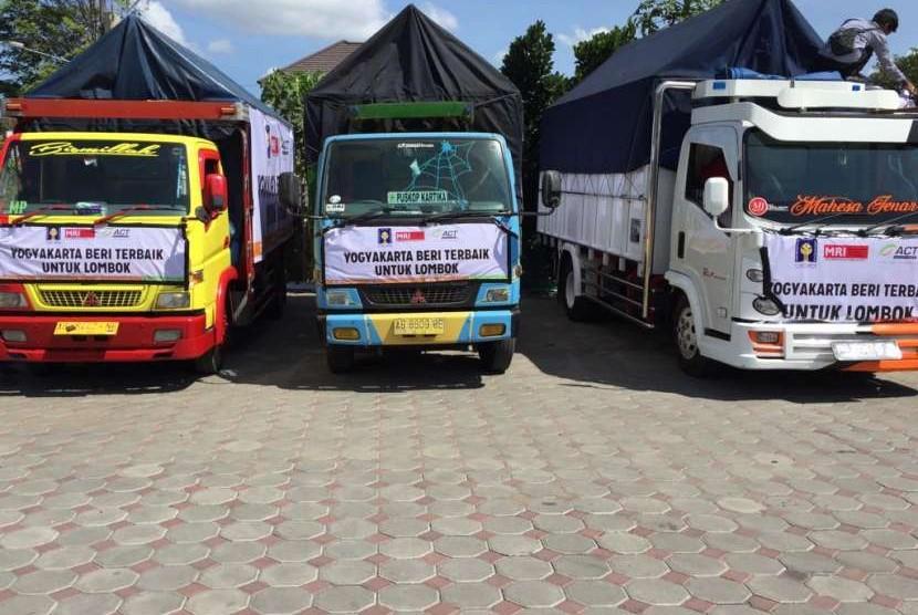 Aksi Cepat Tanggap (ACT) Yogyakarta melakukan seremoni pelepasan truk di Masjid Al-Furqon, Umbulharjo, Yogyakarta, Jumat (10/8). Truk itu akan membawa bantuan sembako bagi korban gempa di Lombok, Nusa Tenggara Barat (NTB).