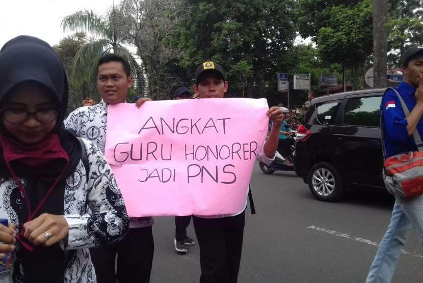 Aksi demo guru honorer jilid ke-2 dalam menuntut hak-hak guru honorer yang belum terpenuhi oleh Bupati, di Jalan Tegar Beriman Tengah, Cibinong, Kabupaten Bogor, Rabu (19/9).