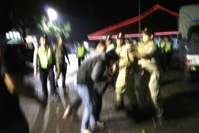 Aksi kekerasan yang dilakukan polisi dan satpol PP, saat membubarkan aksi demonstrasi penolakan pembangunan PLTP Baturaden, Senin (9/10) malam.